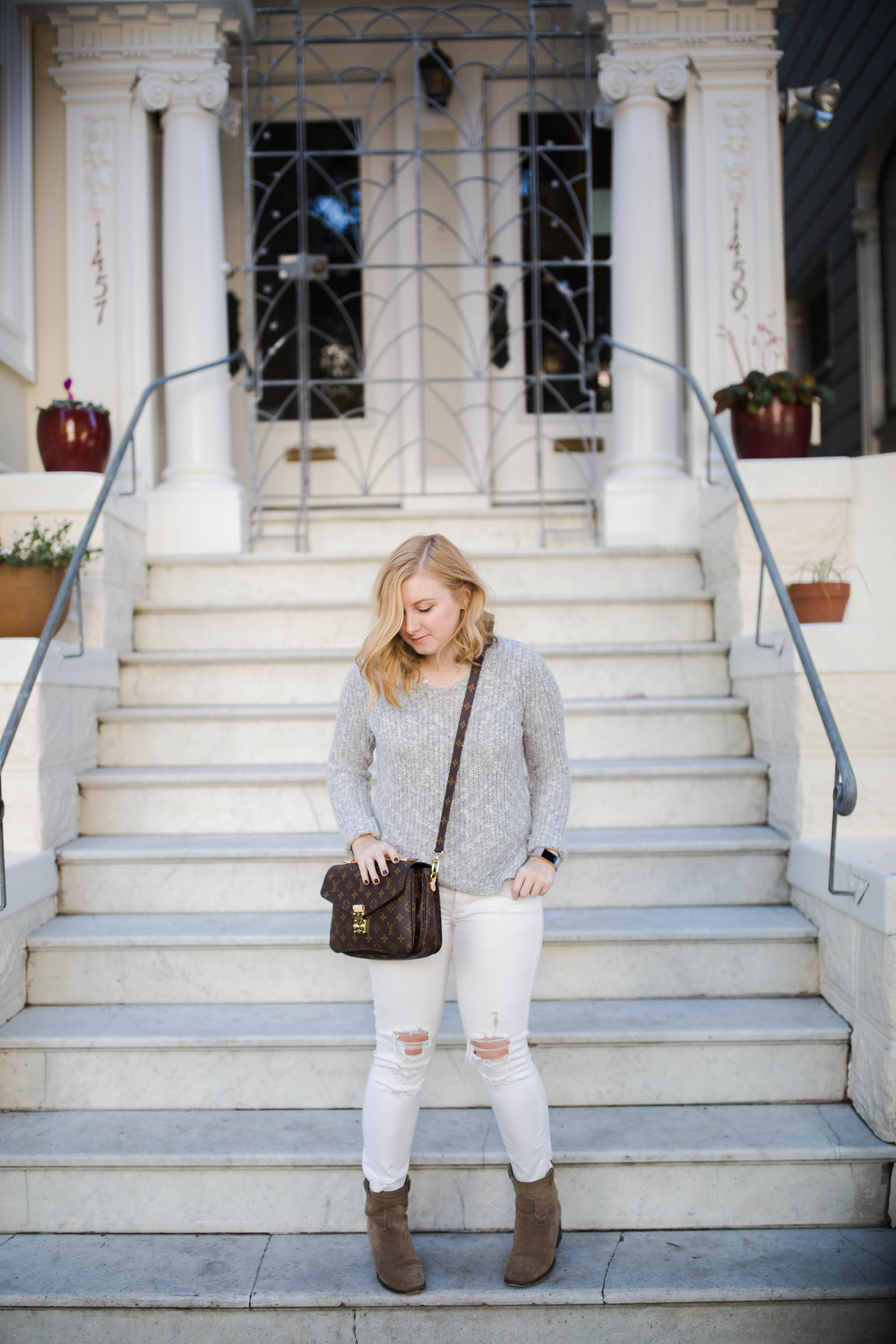 How to wear white jeans (way) after labor day. Click through to learn more and shop the look!